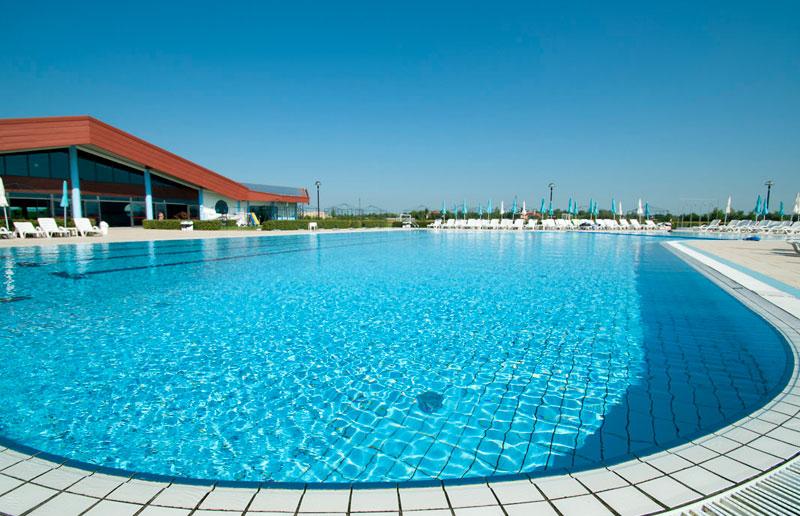 piscina esterna parco livenza panoramica